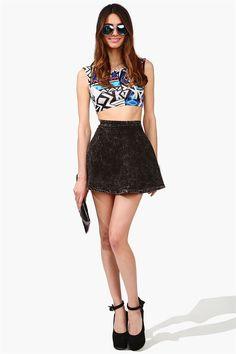 Korte shirt met een zwarte rok erbij en een zonnebril :) perfect voor de zomer