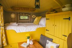 Back to Wriggly Tin - The Londoner Tyni House, Tiny House Cabin, House Beds, Tiny House Design, Small Space Living, Tiny Living, Small Spaces, Small Room Interior, Garden Huts