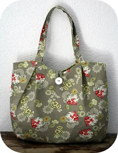 The pattern for the pleated tote!!!  http://artsycraftybabe.typepad.com/tutorials/pleated_tote_pattern.pdf