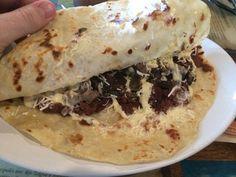 Esta comida de Honduras tiene una tortilla y mucho queso y frijoles. No me gustaría probarlo porque no es bonita.