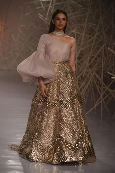 Aditi Rao Hydari Spellbinds Audience With Her Magical Aura As She Turns Showstopper for Pankaj And Nidhi at ICW 2019 FDCI India Couture Week (ICW) 2019 is going on in Delhi and has been a Source by akankshakerkett indian Party Wear Indian Dresses, Indian Bridal Outfits, Indian Gowns Dresses, Dress Indian Style, Indian Designer Outfits, Designer Dresses, Sleeves Designs For Dresses, Lehnga Dress, Lehenga Designs