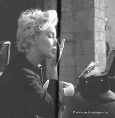 Milton Greene, Marilyn Monroe, peasant sitting