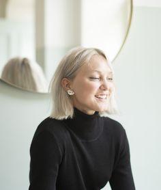 """23-vuotias koruseppä Matilda Mannström suunnitteli Sugarille oman malliston. Hänelle luottokorut ovat kuin tatuointeja. """"Niin kauan kuin muistan, olen toivonut jokaisena merkkipäivänäni lahjaksi korua. Syntymäpäivälahjoista ja matkamuistoista maailmalta onkin vuosien varrella... Matilda, Jewelry Box, Pearl Earrings, Women, Style, Fashion, Jewellery Box, Swag, Moda"""