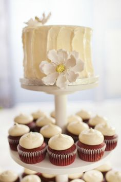 Simple white wedding cake with red velvet cupcakes #weddingcupcakes #cupcake…