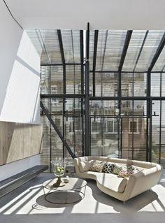 Janela e cobertura em vidro com persiana laminada preta
