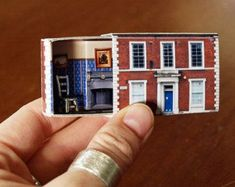 Matchbox House: Miniature Room inside a Matchbox. It would be nice to make matchbox sized printed versions of all the sets i make. Vitrine Miniature, Miniature Rooms, Miniature Houses, Miniature Crafts, Miniature Furniture, Dollhouse Furniture, Art Matchbox, Matchbox Crafts, Cute Little Houses