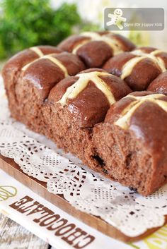 Super Soft and Moist Chocolate Hot Cross Buns that will stay soft even on the next day! Chocolate Hot Cross Buns, Bread And Pastries, Food Cakes, Beignets, Cross Buns Recipe, Donuts, Baking Buns, Dinner Bread, Pastries