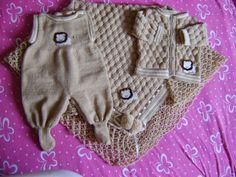 Dani Tricotando: Saída de Maternidade na Máquina de Tricô com Recei... Baby Dress, Crochet Baby, Rompers, Sweaters, Dresses, Knitting Machine, Infant Boy Fashion, Toddler Cardigan, Knitted Baby Clothes