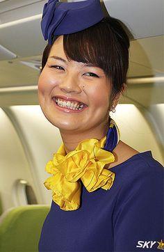 スカイマークは7日、今年5月に導入予定のエアバスA330型機を同社格納庫で報道陣に公開した。従来の席と比べ大型化したグ… Skymark Airlines, Flight Attendant, Silk Scarves, Japanese Girl, Mini Skirts, Japan Girl, Mini Skirt