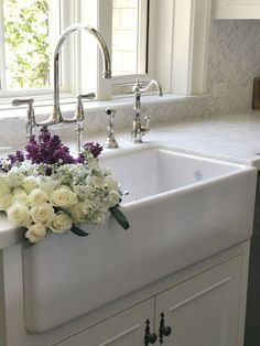 Farmhouse sink faucets beautiful homes of farmhouse sink kitchen farm sink Best Kitchen Sinks, Kitchen Sink Design, Modern Kitchen Cabinets, Farmhouse Sink Kitchen, Farm Sink, Kitchen Sink Faucets, Kitchen And Bath, Cool Kitchens, Farmhouse Style