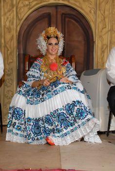 Festival Nacional de la Pollera  Estefania Zeballos   Reina del Festival Nacional de La Pollera 2010        El 21 de julio día se...