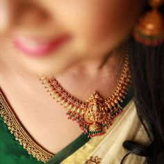 Gold Necklace Simple, Gold Jewelry Simple, Small Necklace, Gold Necklaces, Jewelry Design Earrings, Gold Earrings Designs, Gold Temple Jewellery, Antique Jewellery Designs, Gold Mangalsutra Designs