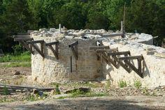 Le projet de construction dun château fort médiéval, baptisé Ozark Medieval Fortress, est à l'arrêt dans le nord de l'Arkansas. Le chantier, qui a débuté en 2009, est désert et la société porteuse de l'ouvrage est à vendre. Porté à l'origine par un couple de Français, Solange et Jean-Marc Mirat, installés depuis plus de vingt ans aux Etats-Unis, la construction de cette forteresse aurait dû s'achever après 25 ans de travaux.