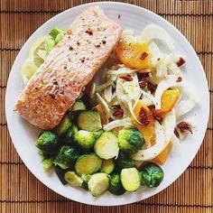 Paper baked salmon (w/t ginger, lemon, red pepper, spring onion), steamed Brussels sprouts & fennel/orange/dried tomatoes salad #mangiaresano #mangioquindisono #eatwell #eatclean #fit #eatforabs #healthy #healthylunch #healthychoices #diet #dieta #salmon #cartoccio #salmone #insalatadifinocchi #finocchi #fennel #brusselsprouts #cavolettidibruxelles #orange #ginger #pescetariano #dairyfree #glutenfree #eggfree #senzalatticini #senzaglutine #senzauova #paleo