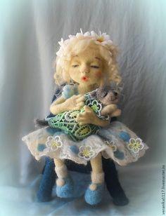 """Купить или заказать Войлочная кукла """" Колыбельная для Мурзика"""" в интернет магазине на Ярмарке Мастеров. С доставкой по России и СНГ. Материалы: 100% шерсть, волокна шёлка,…. Размер: высота 22 см сидя"""