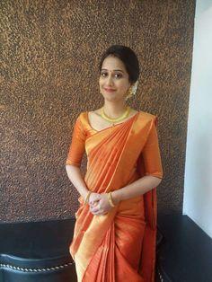 Indian looks wedding South Indian Sarees, South Indian Bride, Kerala Saree, Indian Dresses, Indian Outfits, Engagement Saree, Simple Sarees, Saree Look, Elegant Saree