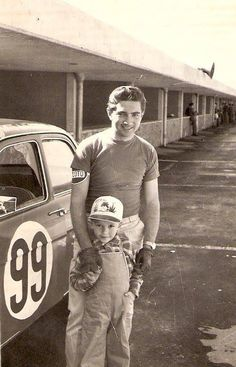 Ricardo Rodriguez en el autódromo que le cobró la vida y hoy lleva su nombre y el de su hermano.
