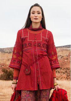 Einfarbige Tunika aus angenehmer Baumwolle. Aufwendig verarbeitet, mit wunderschönen Folklore-Stickereien vorne und hinten sowie Bordüren und Bändern. Durchgeknöpftes Modell mit kleinen Kokosknöpfen. Jetzt bestellen: http://www.gudrunsjoeden.de/mode/produkte/blusen-tuniken/tunika-nevada-aus-baumwolle