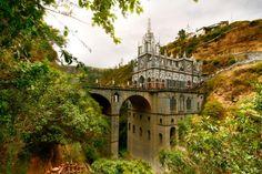 Le sanctuaire de Las Lajas en Colombie Cette église néogothique a été construite au-dessus d'un canyon au début du XXe. C'est actuellement le plus grand lieu de pèlerinage d'Amérique du Sud.