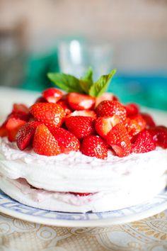 midsommar strawberry cake - www.wedding.sandraaberg.com