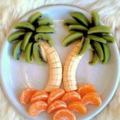 Palm tree fruit art fits right in with our carefree Summer living plans. This isn't a cake, but would be a nice addition to the Paleo party. Cute Food, Good Food, Yummy Food, Tasty, Awesome Food, Awesome Desserts, Delicious Fruit, Yummy Drinks, Snacks Für Party