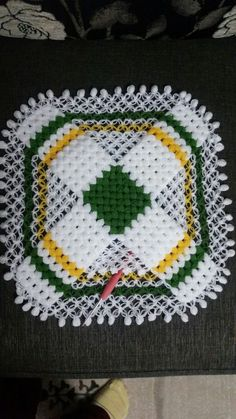 This Pin was discovered by züh Crochet Potholders, Crochet Squares, Crochet Doilies, Crochet Hats, Loom Knitting, Baby Knitting, Yarn Crafts, Diy And Crafts, Crochet Pillow Pattern
