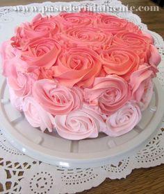Pastel decorado con rosas en 3 tonos Ya es un clásico para festejar a mamá
