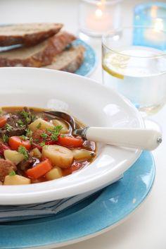 Gulasj er en tykk, kraftig suppe med mye smak, og som har aner fra Ungarn. Det er her viktig at kjøttet får stå å trekke vel og lenge, slik at det blir mørt og godt. Sammen med rikelig med rotfrukt… Frisk, Pot Roast, Chorizo, Food And Drink, Beef, Baking, Dinner, Ethnic Recipes, Soups