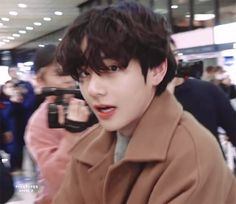 Shared by 𝐺𝑜𝑙𝑑𝑒𝑛 𝐼𝑑𝑜𝑙 ⁷. Find images and videos about bts, jungkook and v on We Heart It - the app to get lost in what you love. Daegu, Foto Bts, Bts Photo, Bts Blackpink, Bts Twt, Les Bts, Vkook, V Bts Wallpaper, Kim Taehyung
