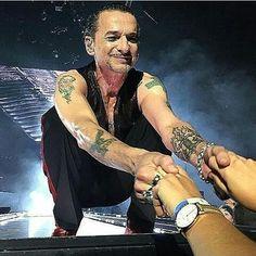 448 отметок «Нравится», 20 комментариев — Depeche Mode (@depeche_mode_world) в Instagram: «Give me your hand Dave!!!! #davegahan #depechemode»