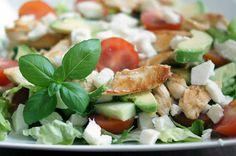 Gewoon wat een studentje 's avonds eet: Salade met mozzarella, tomaat, avocado, kip en basilicum