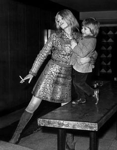 Marianne Faithull and her son from her marriage to Jon Dunbar, Nicholas 1960s Fashion, Vintage Fashion, Vintage Style, Marianne Faithfull, Rocker Style, Black And White Design, Retro Aesthetic, Fashion Beauty, Fashion Drawings