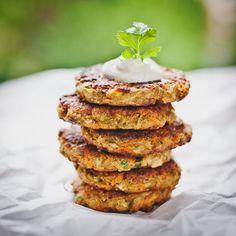 Mrkvové placičky jsou syté díky cizrně a vejcím; Greta Blumajerová Salmon Burgers, Muffin, Goodies, Breakfast, Healthy, Ethnic Recipes, Food, Treats, Muffins