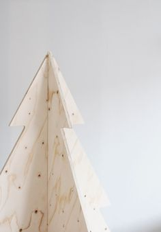 pretty minimalist plywood christmas tree. bet this would be darling in assorted sizes. via varpunen.