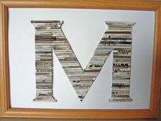 Letra con rollos de revistas