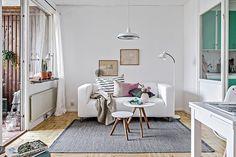 El color mint es el verdadero protagonista de este acogedor y reducido apartamento nórdico. 31 metros cuadrados llenos de luz, muy bien distribuidos y en donde se respira confort y buen gusto. Toques femeninos, como los tonos rosas de los...