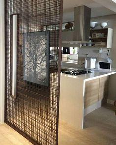"""""""Neste apartamento, criamos um painel com tela metálica para delimitar parcialmente o espaço da cozinha parcialmente. Assim ainda mantemos a integração dos…"""""""