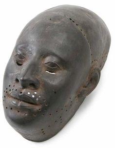 Ife Maske - Auffallend an dieser 700 Jahre alten Maske ist ihr überzeugend ausgearbeiteter Realismus. Von den Augen, über Nase und Mund bis hin zu den geschwungenen Ohrmuscheln scheint sie einem realen Menschen nachempfunden zu sein. Vergleicht man jedoch mehrere Köpfe und Masken im Ife-Stil fällt deren relative Ähnlichkeit auf, so dass doch von einer Idealisierung der jeweiligen Person auszugehen ist. Die Maske sah ursprünglich wahrscheinlich anders aus als abgebildet. Löcher an Stirn und M
