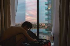 travel, travleling couple packing for roadtrip around east canada   boyfriend london flat sunset