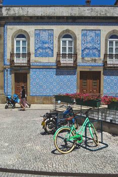 Beautiful azulejos in Aveiro, Portugal | heneedsfood.com