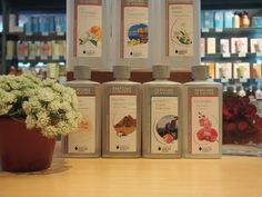 No tardaremos en recibir novedades de perfumes y lámparas de Lampe Berger, así que para ir haciéndoles sitio en la tienda, tenemos de oferta algunos aromas que este año ya desaparecen. Los de 500 ml a 10€ y los de 1 litro a 18 €. También los puedes encontrar en la sección Blossom Outlet de la tienda online www.blossomcosmeticos.com
