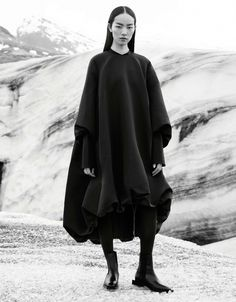 Leading model Fei Fei Sun lands the fall-winter 2015 campaign from COS. Lensed at an icy location, Fei Fei looks fully ready for the cooler months in heavy… Minimal Chic, Minimal Fashion, Cos Fashion, Dark Fashion, Fashion News, Columbine Smille, Mode Sombre, Mode Editorials, Quoi Porter