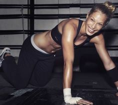 Break out of (boring) crunch mode and work your middle with this Pilates-inspired routine.