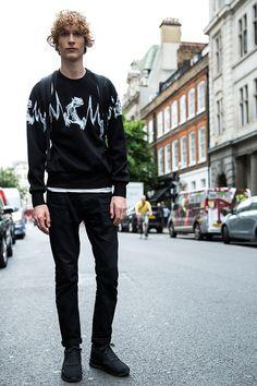 黒トレーナー×黒パンツ×Nikeエアマックス90黒