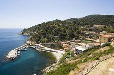 Insel Gorgona in der Toskana: Was paradiesisch aussieht, ist ein Gefängnis. Seit 1869 sind hier Häftlinge untergebracht. Der Ort ist begehrt, der Andrang groß. Wer hier seine Strafe verbüßt, ist zwar auch eingesperrt, kann dabei aber meist draußen sein.