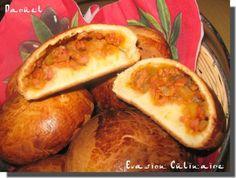Ou petits pains russes farcis…un vrai délice que je vous conseille vivement de tester au moins une fois, une chose est sûre ces petits pains nous ont séduit, recette adoptée. Piroshki, pirojki petits pains russes Leur goût brioché légèrement sucré mélangé à cette farce nous met vraiment en appétit, vous pouvez les servir en entrée ou en accompagnement, varier les farces, version végétarienne en utilisant les légumes de votre choix, émincés finement, ou bien avec du boeuf haché ou autre…