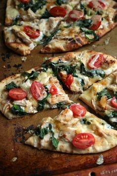 If you need a quick dinner, or an after school snack for your busy teen, try this Chicken Florentine Flatbread, or make it with any other easy summer veggie flatbread! Lunch Recipes, Appetizer Recipes, Vegetarian Recipes, Dinner Recipes, Cooking Recipes, Healthy Recipes, Healthy Flatbread Recipes, Flatbread Appetizers, Flatbread Sandwiches