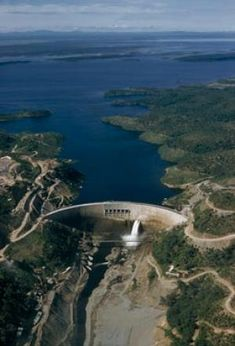 The giant Kariba dam backs up the Zambezi river to form a new lake between Zimbabwe and Zambia (Willis D. Vaughn/National Geographic/Getty Images)