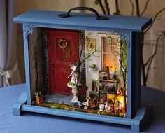 Finding drawers and stuff to make room boxes and displays could be really cool and resourceful. Vitrine Miniature, Miniature Rooms, Miniature Houses, Miniature Furniture, Shadow Box Art, Altered Boxes, Fairy Doors, Fairy Houses, Diy Projects To Try