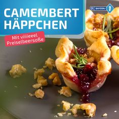 Im Ofen gebackener Camembert in Blätterteig – Gebackener Käse mal anders, in … Oven-baked camembert in puff pastry – baked cheese with a difference, in puff pastry and with cranberries, camembert from the oven becomes – pastry # Healthy Snacks To Buy, Healthy Meal Prep, Healthy Dinner Recipes, Baked Camembert, Breakfast Desayunos, Baked Cheese, Cookies Et Biscuits, Oven Baked, Clean Eating